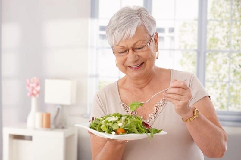 Alimentos saludables para personas mayores: verduras de hoja verde