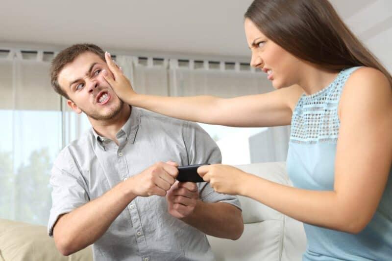 Las razones más comunes por las que las parejas discuten: señalar con el dedo