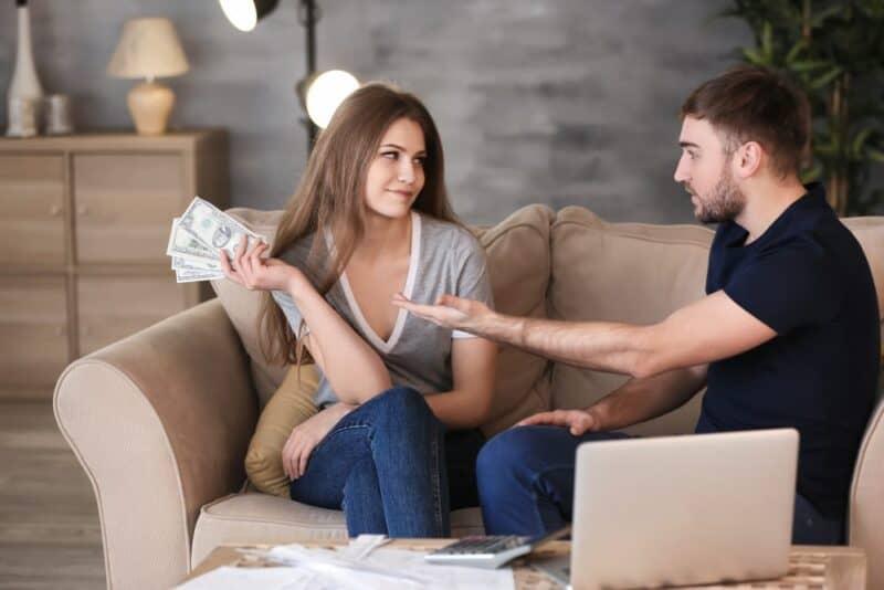 Las razones más comunes por las que las parejas discuten: el dinero