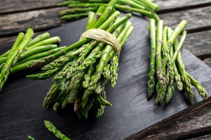 Alimentos saludables para personas mayores - espárragos