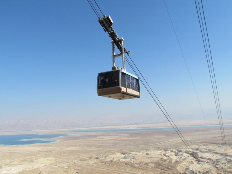 Elevador aéreo de Masada con el Mar Muerto al fondo
