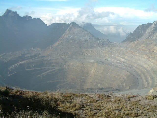 A cielo abierto más increíble: Mina Grasberg, Indonesia (Fuente: Wiki)