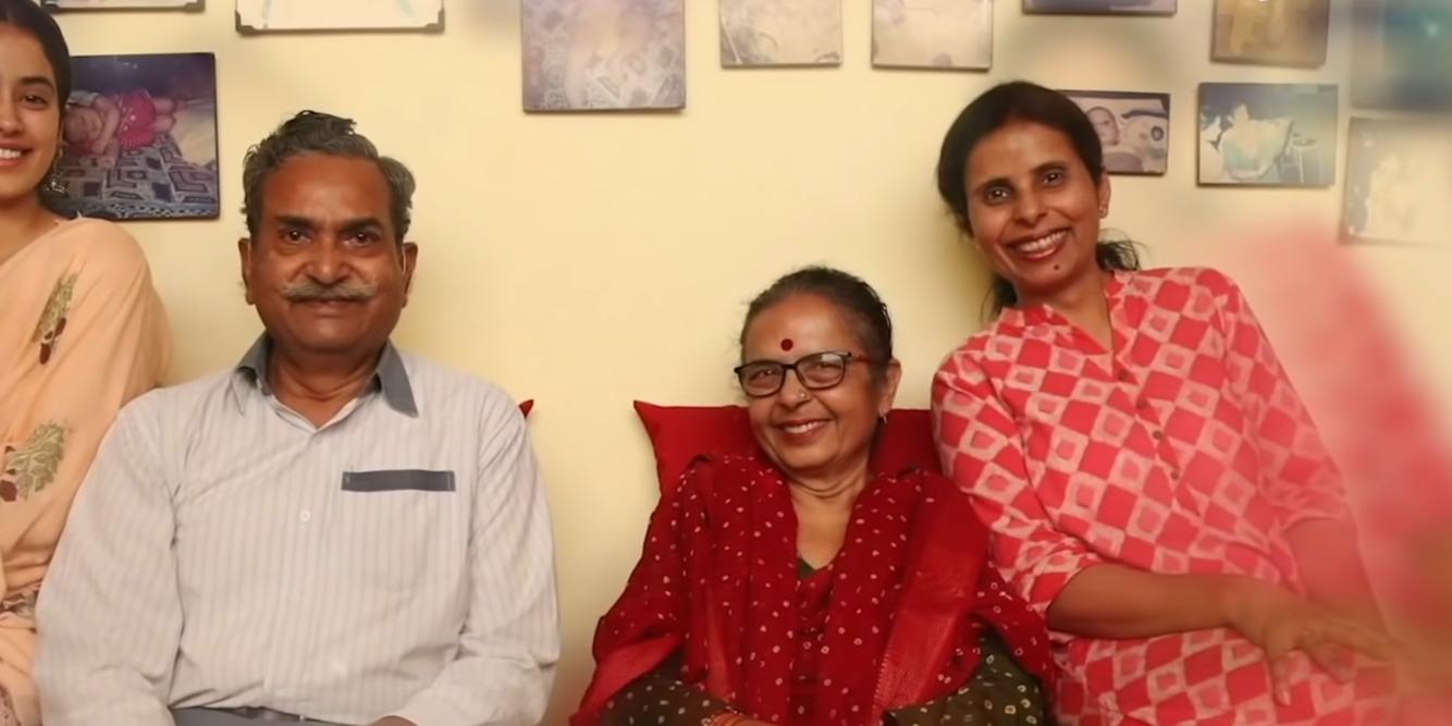¿Quiénes son el verdadero padre, madre y hermano de Gunjan Saxena? 1